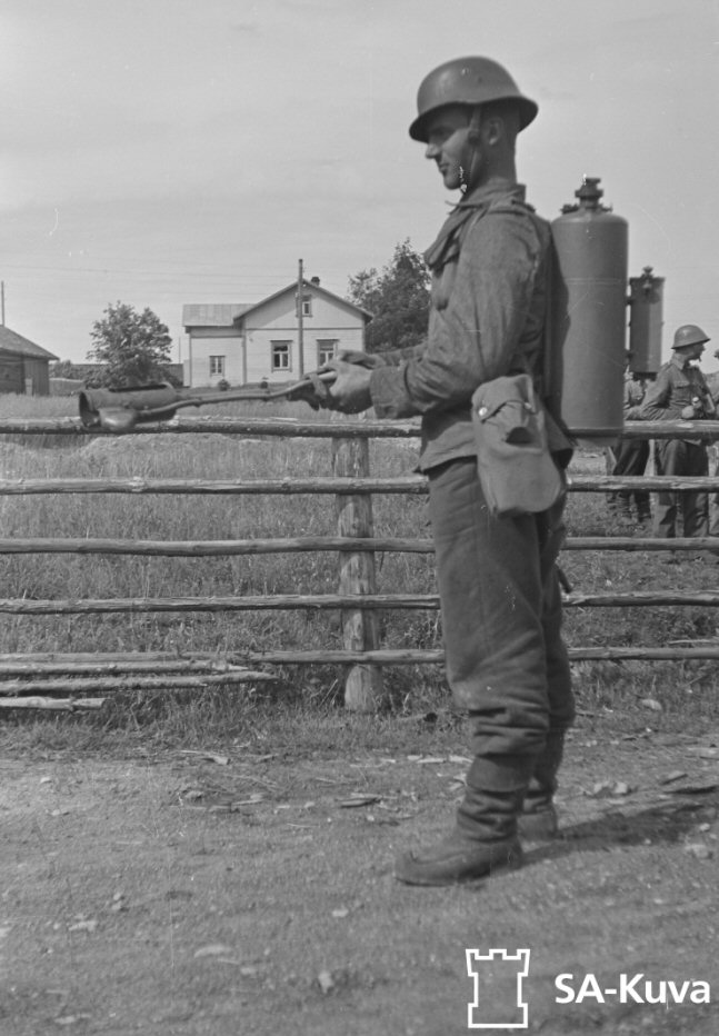 FINNISH ARMY 1918 - 1945: PORTABLE FLAME-THROWERS